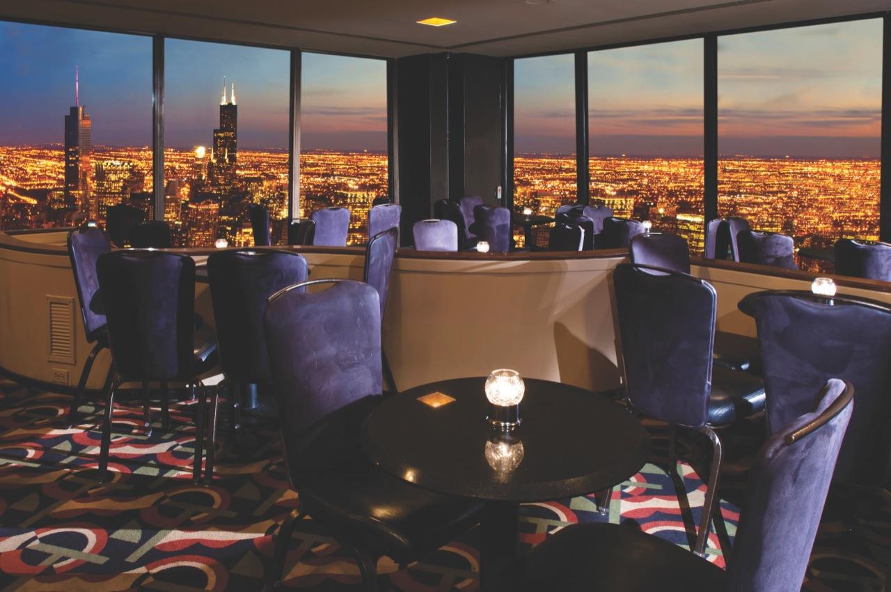 Z okien restauracji naniemal szczycie Willis Tower rozciąga sięoszałamiający widok naWietrzne Miasto.