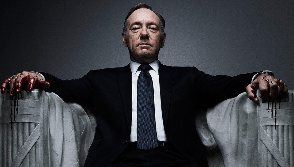 """""""House of Cards"""" –sztandarowa produkcja Netflixa, któratrzyma wnapięciu doostatniej minuty."""