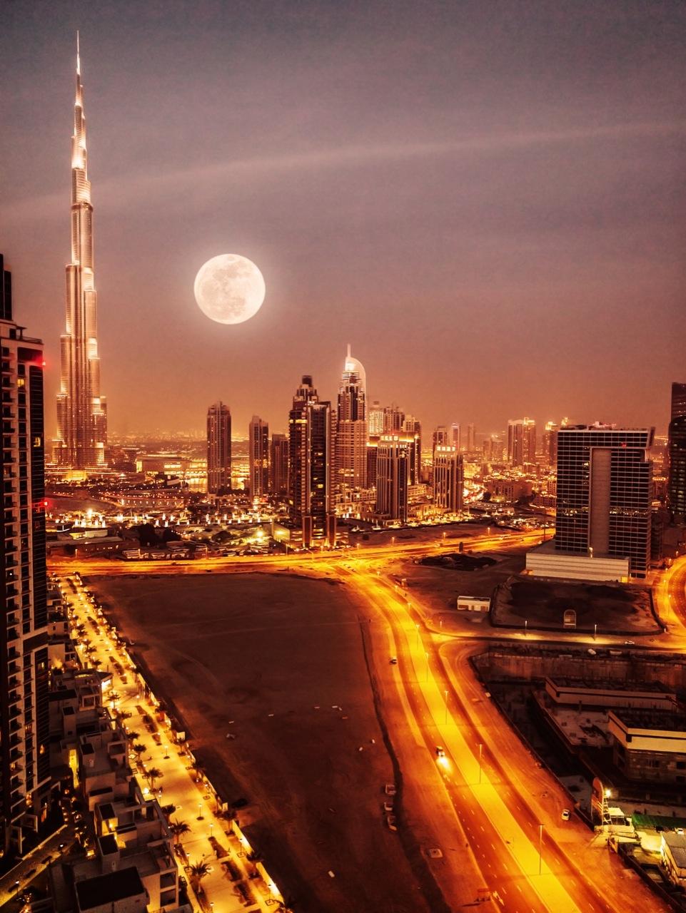 Po lewej, skąpany wblasku Księżyca, najwyższy budynek świata –Burdż Chalifa.