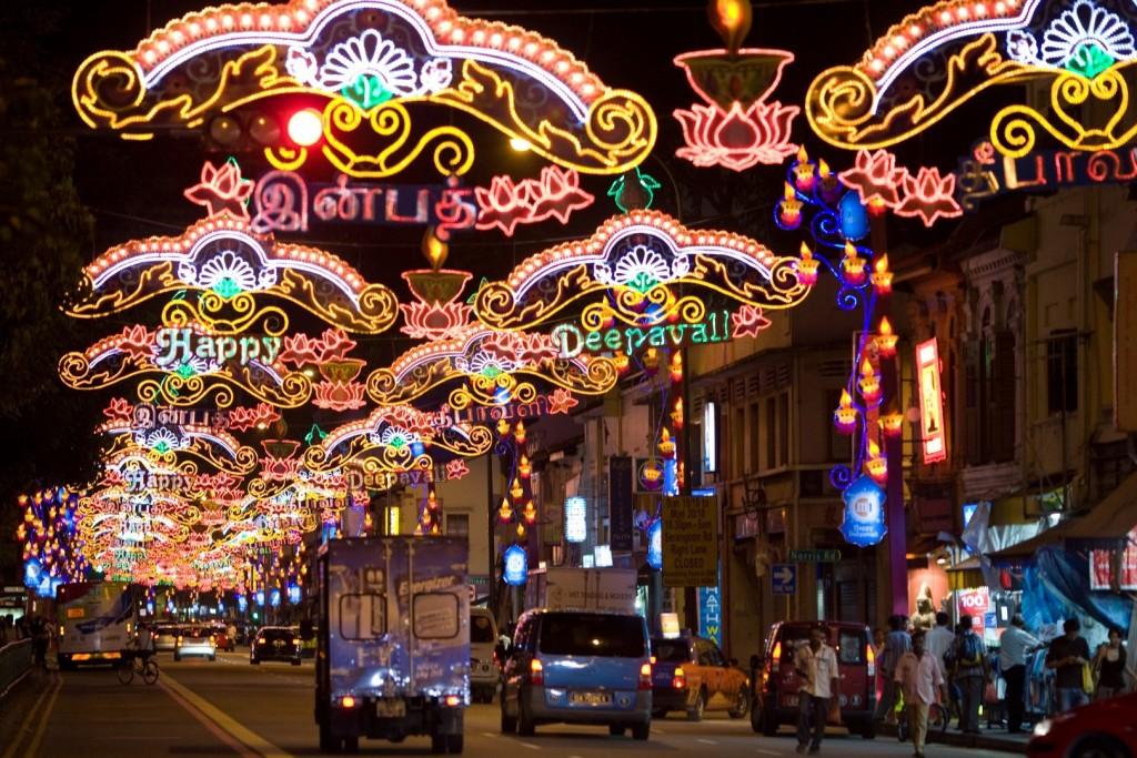 DeepaVali, hinduistyczne święto świateł, jest obchodzone wSingapurze niezwykle radośnie. Iluminacje orientalnych ulic przypominają te znane zzaśnieżonych europejskich miast...