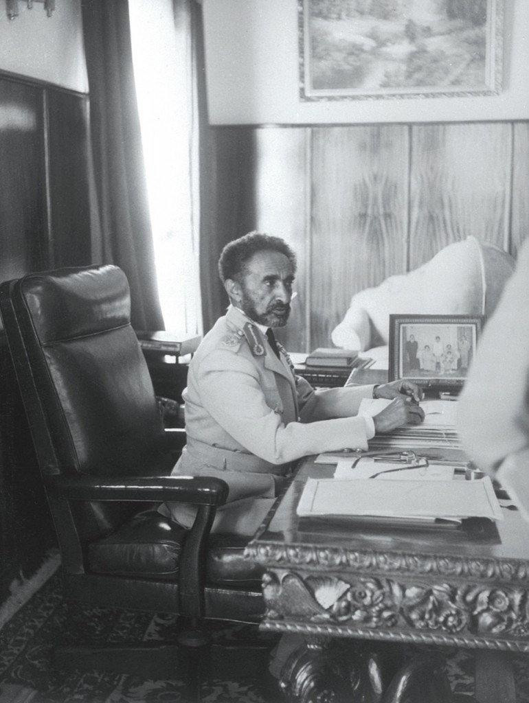 Negusa negast poamharsku oznacza król królów. Totytuł (jeden zwielu), któryprzysługiwał cesarzowi Hajle Sellasjemu I, ostatniemu władcy Etiopii wywodzącemu się wprost zrodu króla Salomona. Co ciekawe, w1930 roku został on Kawalerem Orderu Orła Białego.