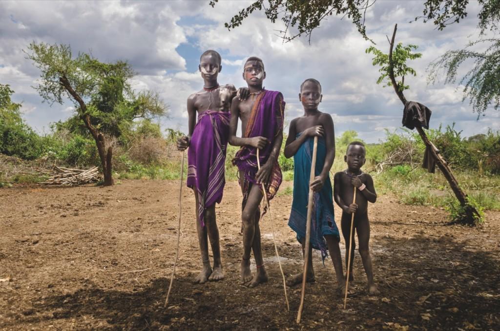 Południe Etiopii zamieszkuje kilka spokrewnionych zesobą pasterskich plemion, spośród którychwyróżniają się Mursi iblisko powiązani znimi Suri orazMe'en. Przedstawicieli tych tradycyjnych plemion jest jednak już niewiele. Dekadę temu było ich ok. 80 tys.