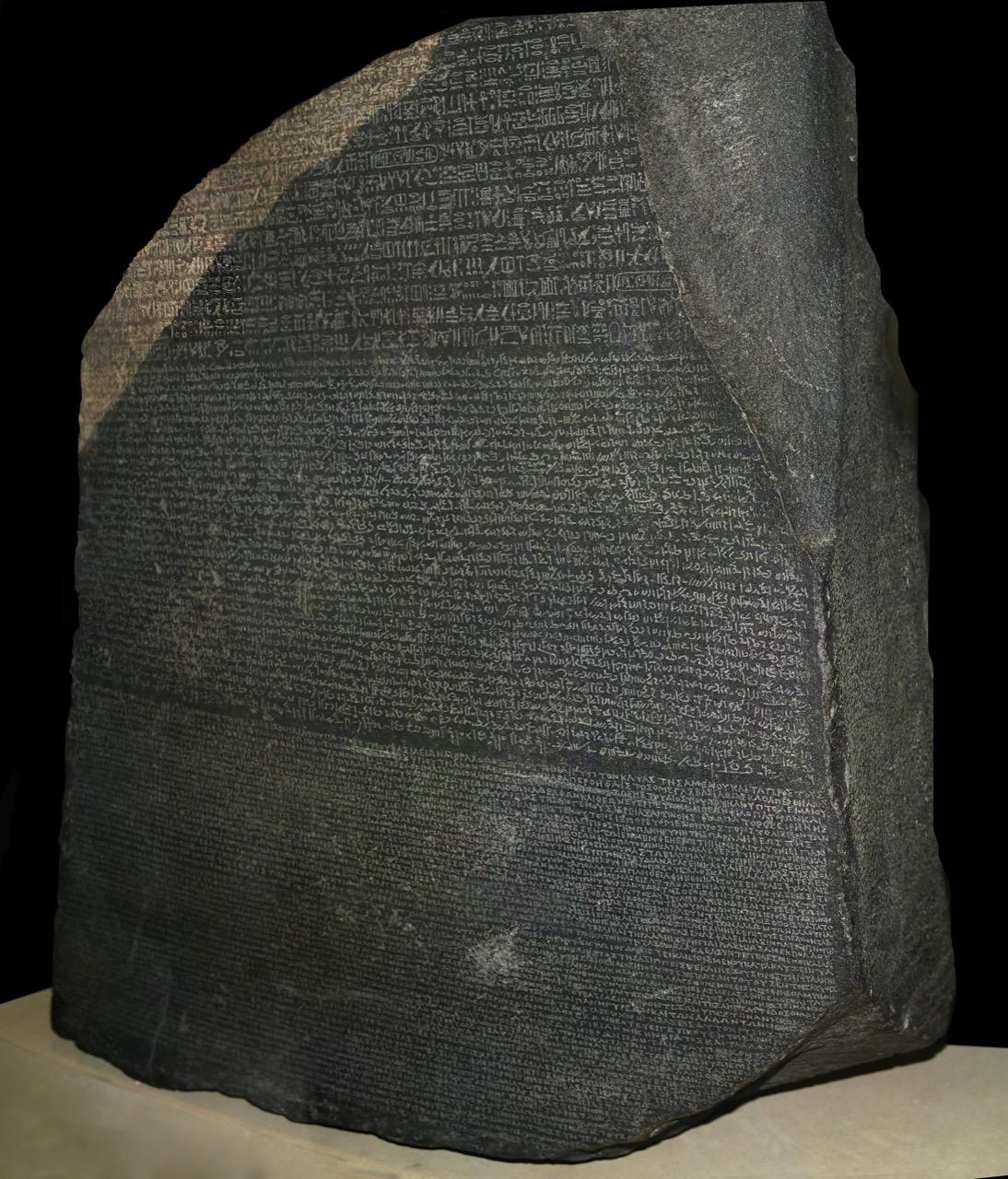 """Kamień zRosetty znajduje się wzbiorach Muzeum Brytyjskiego / Foto: """"Rosetta Stone"""" by© Hans Hillewaert. Licensed under CC BY-SA 4.0 via Commons"""