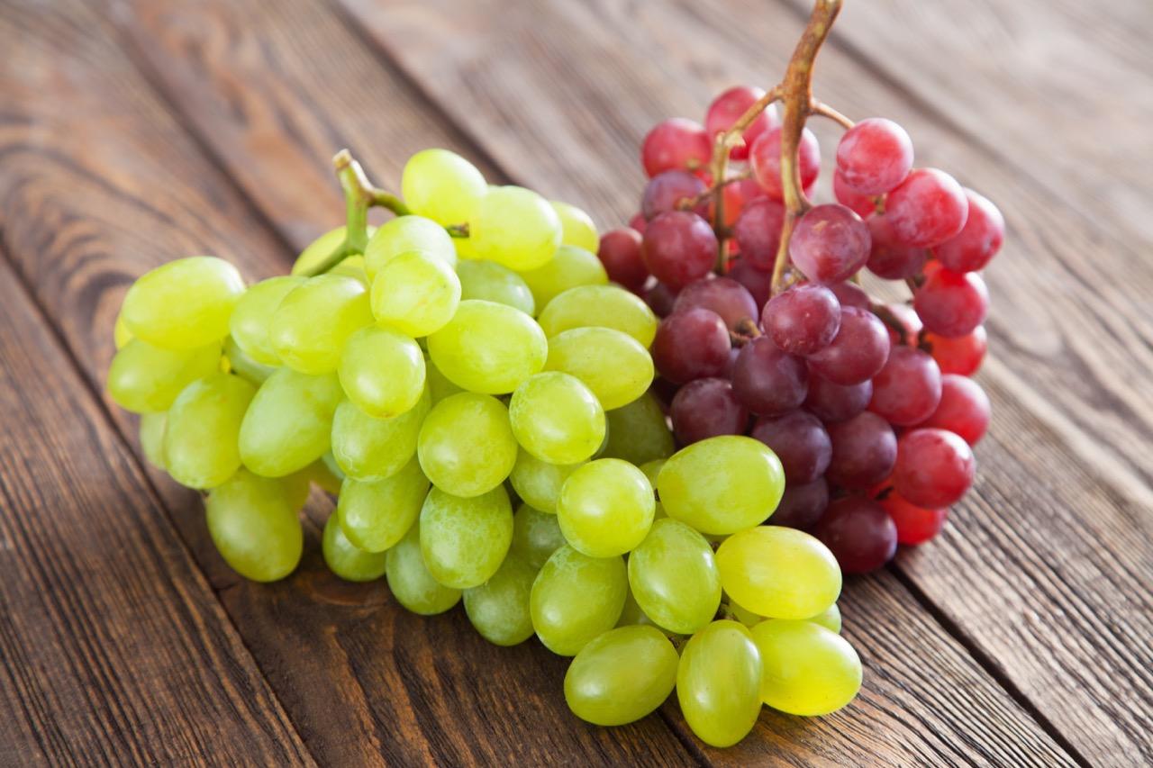12 winogron opółnocy wustach, towhiszpańskiej tradycji szczęście wnowym roku.