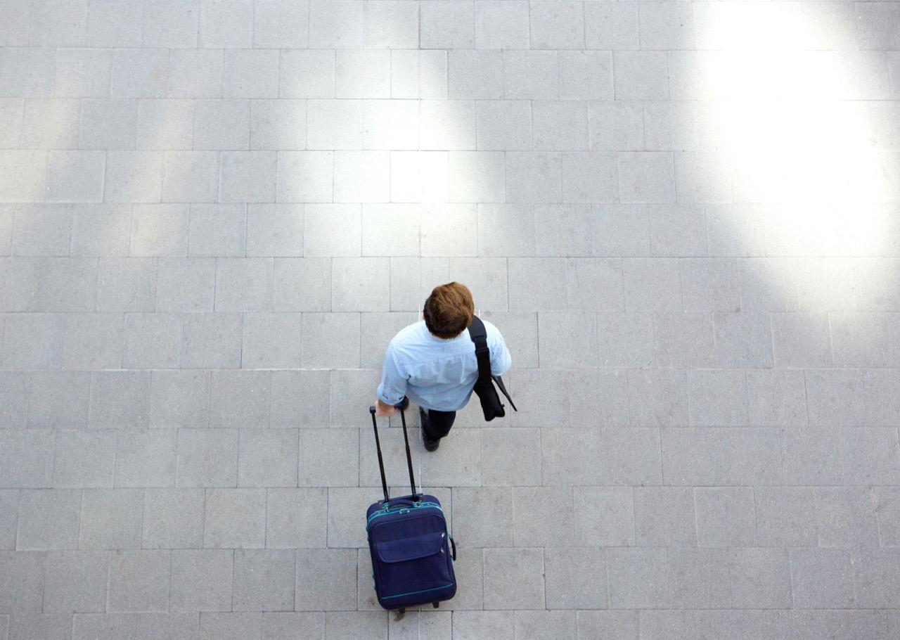 Spacer zpustą walizką – metoda naczęstsze podróżowanie.