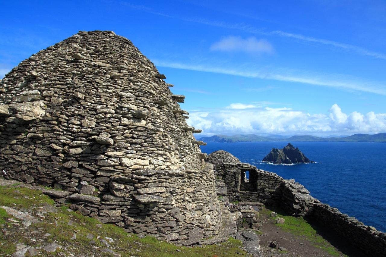 """Irlandzka wyspa Skellig Michael – scenografia ostanich kadrów """"Przebudzenia Mocy""""."""