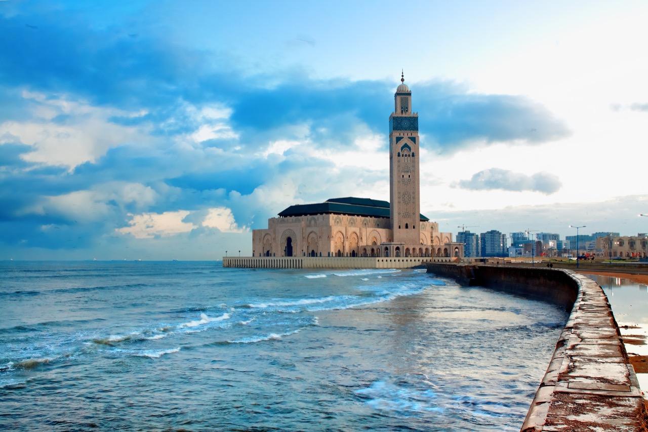 Piękne morze iimponujący meczet Hasana II – Casablanka wpigułce.