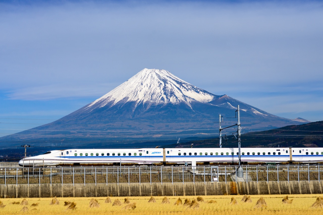 Superszybka kolej iświęta góra Fudżi wtle.