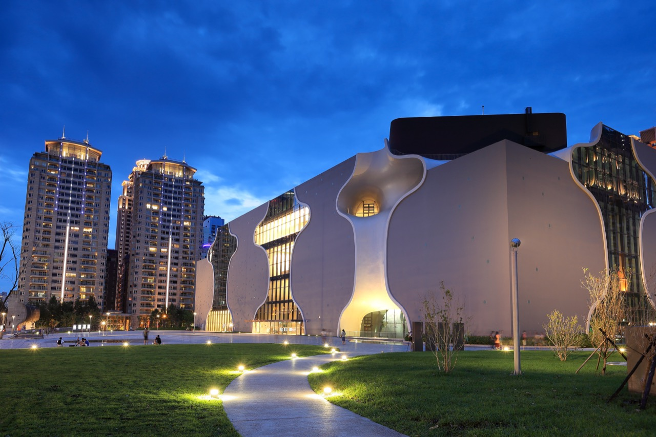 O ile stare lotnisko wTaichung nieprezentuje się zbyt okazale, tomiasto ma owiele więcej atrakcji – choćby widoczny nazdjęciu nowoczesny budynek Teatru Narodowego.