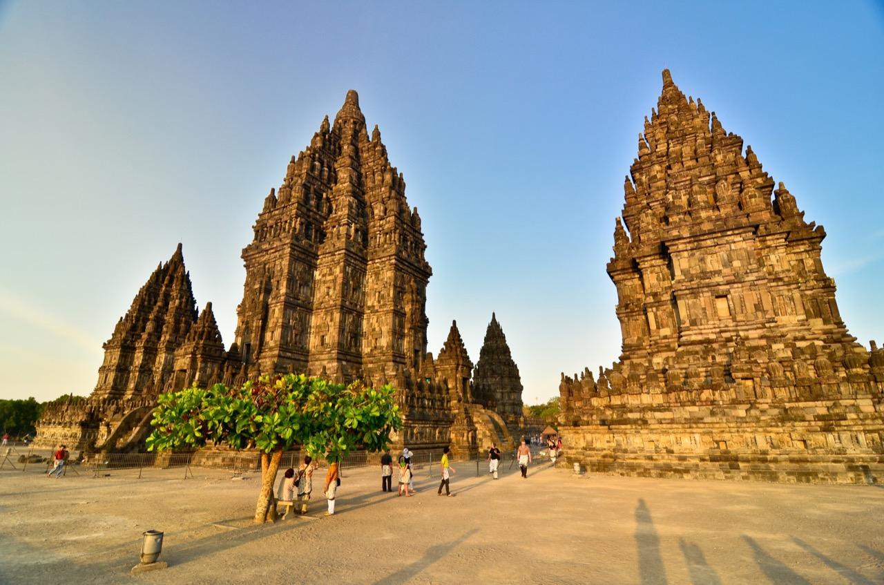 Kompleks świątynny Prambanan wmieście Yogyakarta.