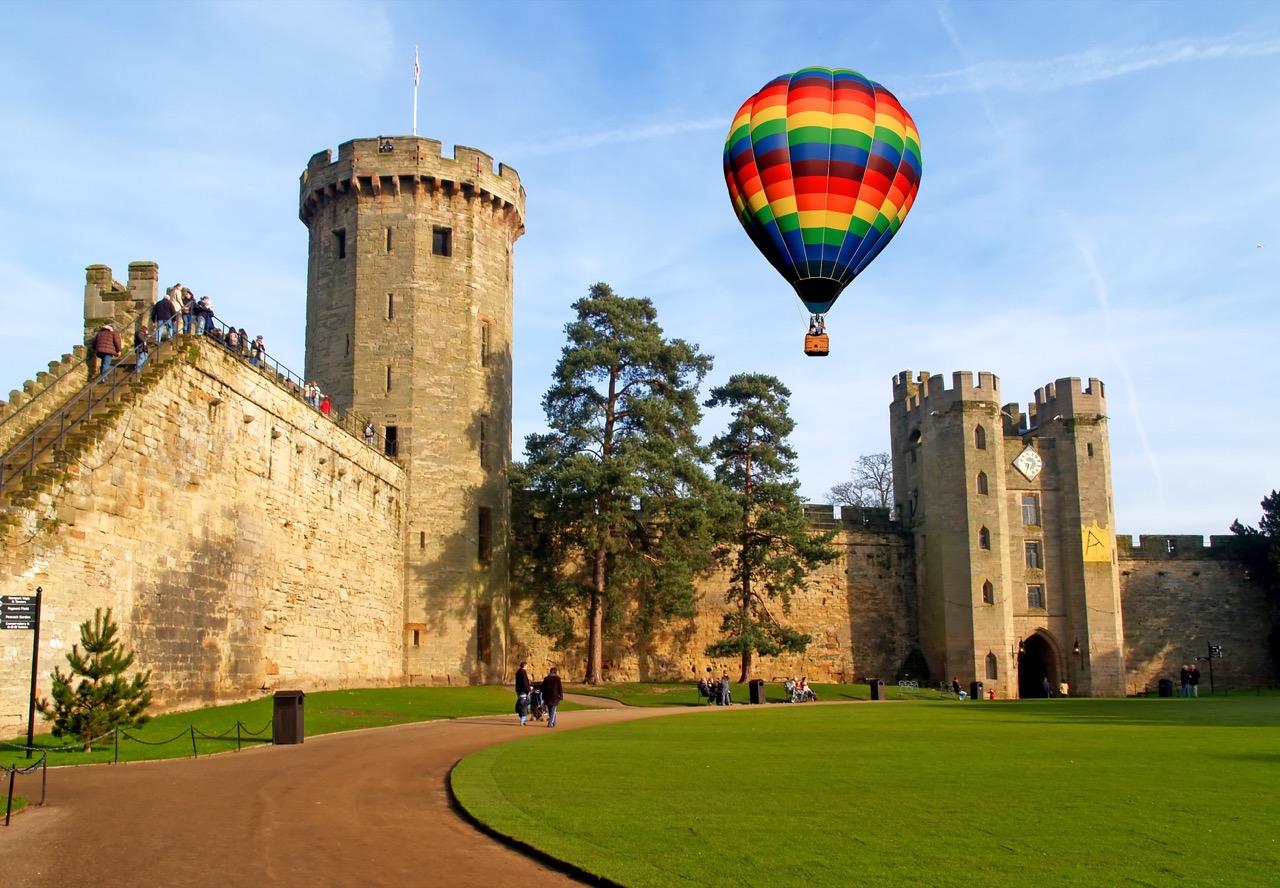 """Zamek wWarwick jest jedną zatrakcji wyprawy do""""hrabstwa Szekspira""""."""