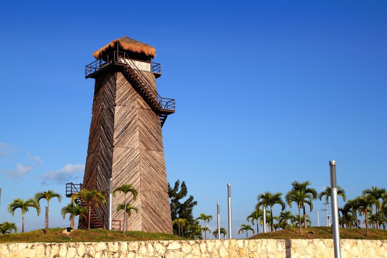 Stara wieża kontroli lotów wCancún dziś służy zaoryginalny zabytek.