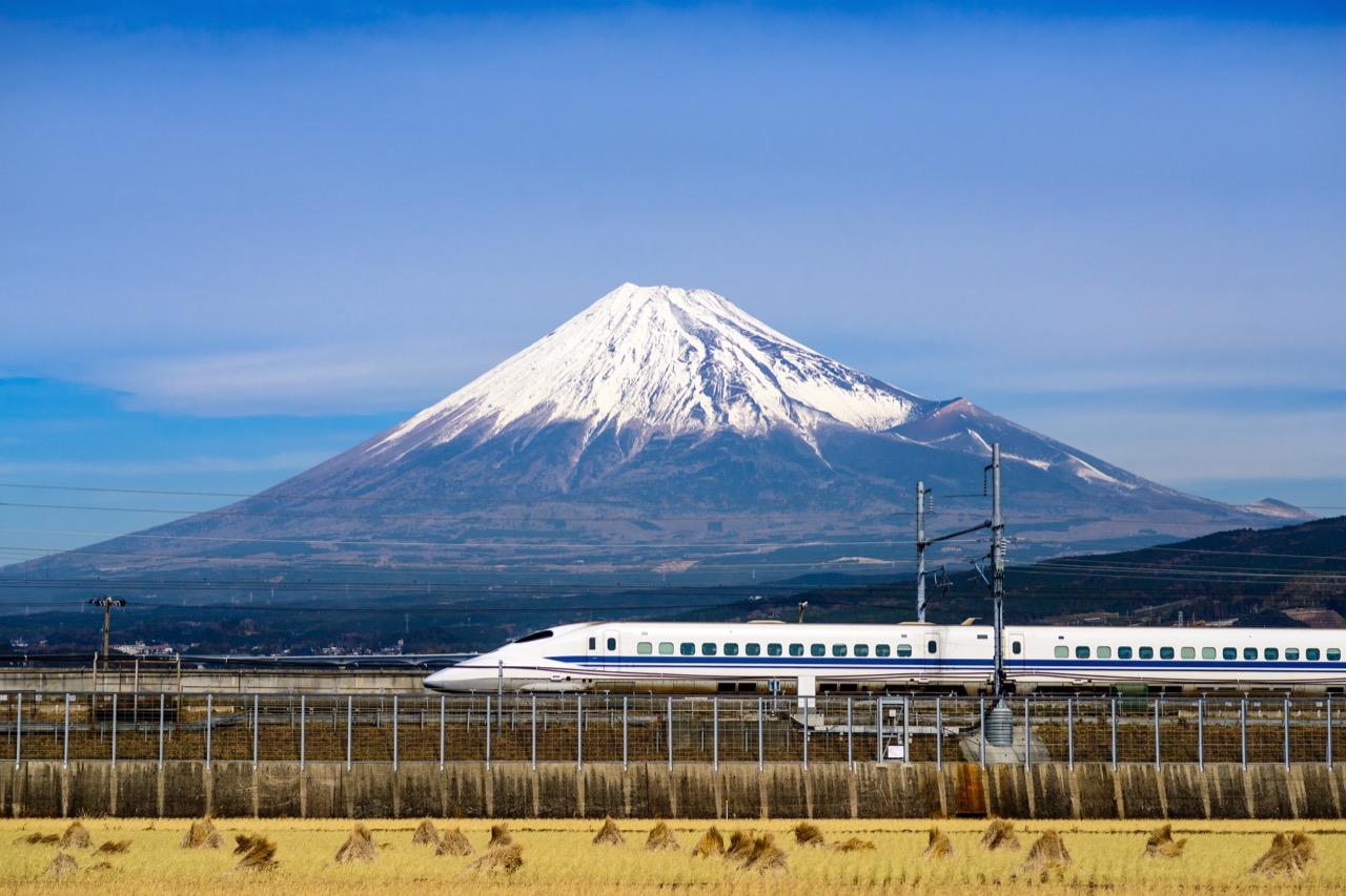 Dwa symbole Japonii – góra Fudżi isuperszybka kolej. Foto: Sean Pavone / Shutterstock.com