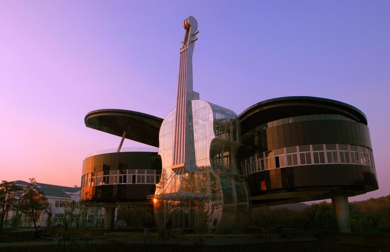 Let the music play! Wtym budynku nieznajduje się Akademia Muzyczna, ale... Uniwersytet Technologii.