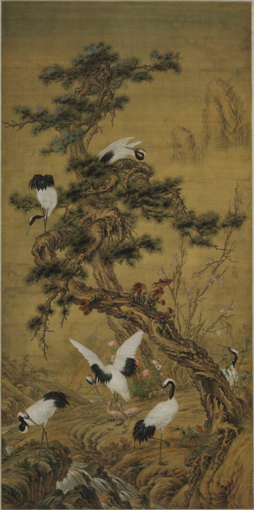 Fot. 1. Lang Shining – Giuseppe Castiglione (1688–1766), Sosny iżurawie nawiosnę, dynastia Qing (1644–1911), zwój pionowy, jedwab, tusz, farby wodne, fot.Muzeum Narodowe wWarszawie. Artysta był włoskim jezuitą, któryprzybył doChin jako misjonarz. Został zaproszony przezwładcę dosłużby wMalarskiej Akademii Cesarskiej. Wswojej twórczości łączył technikę istyl chiński zzachodnim. Prawdopodobnie dlatego jego dzieło takpodoba się wszystkim zwiedzającym warszawską wystawę.